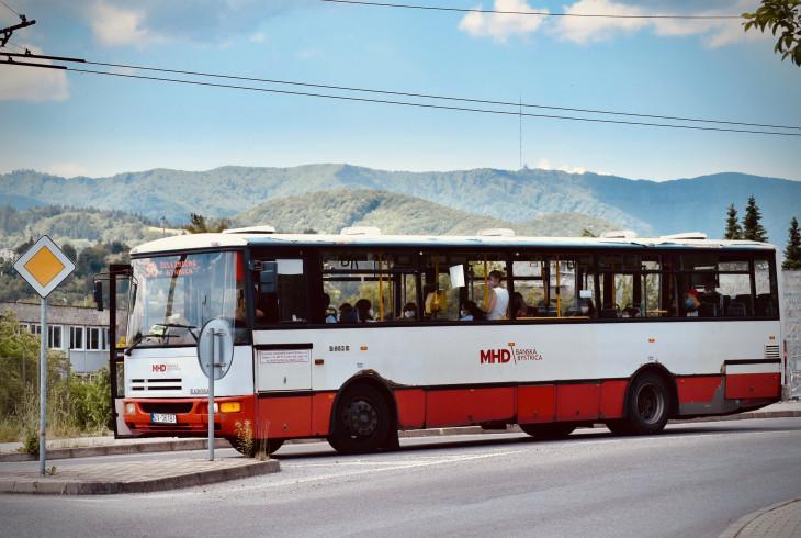 Župy sa snažia pritiahnuť pravidelných cestujúcich do verejnej dopravy